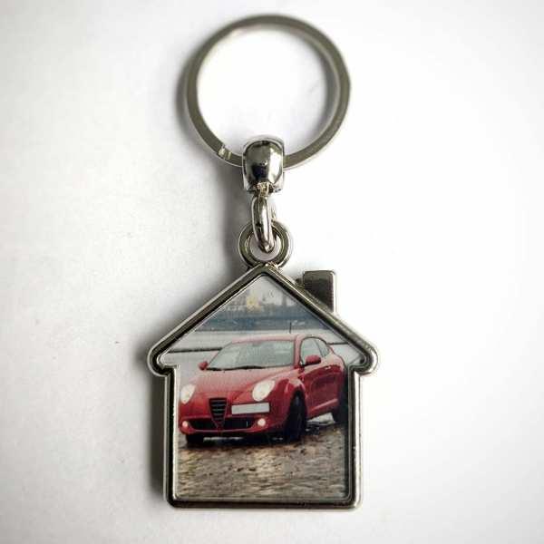 PKW auf Haus Schlüsselanhänger personalisiert